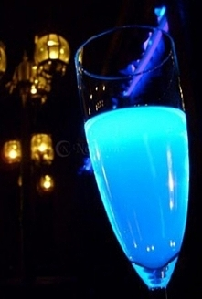 BLUE MOON Special :-) Składniki: - szampan, – 20 ml Ginu, – 20 ml niebieskieg...