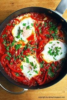 Szakszuka- jajka na pomidorach i papryce  Składniki:  2 cebule, posiekane 3 ząbki czosnku, posiekane 2 papryki, pokrojone w słupki 1 puszka pomidorów 1 łyżka kolendry w proszku ...