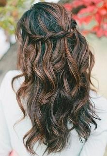 Delikatna fryzura w stylu boho.