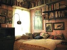 Trochę zbyt duży bałagan, ale chciałabym mieć wszystkie ulubione książki pod ręką :)