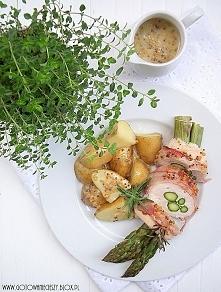 Roladki szparagowe z wędzonym boczkiem, kurczakiem i śmietanowym sosem musztardowo miodowym
