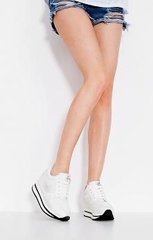 Wysokie i modne białe sneakersy, idealne na wiosenne i letnie wypady! Jesteście ciekawe? :)