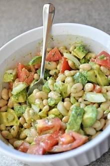 1 puszka białej fasoli - 1 awokado, posiekane - 1 pomidor, posiekany - Słodka cebula posiekana 1/4 (lub mniej, jeśli nie przepadasz)  vinaigrette: - 1 1/2 łyżki oliwy z oliwek -...