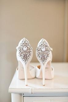 Zdjęcie ślubne, które warto mieć: buty Panny Młodej. fot. Alison Conklin Photography Więcej zdjęć na blogu Madame Allure :)