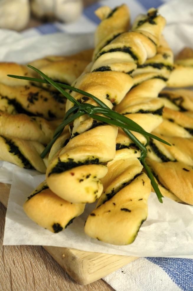 Drożdżowe paluszki to bardzo łatwa i sprawdzona przekąska nie tylko na imprezę. :) Ciasto w smaku jest bardzo podobne do tego na pizzę, dlatego w zależności od swoich upodobań możemy przygotować je z czym tylko zechcemy.