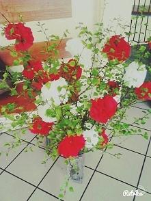 tak zrobione kwiaty z bibuły i przyklejone do gałązek... chyba całkiem fajnie mi to wyszło