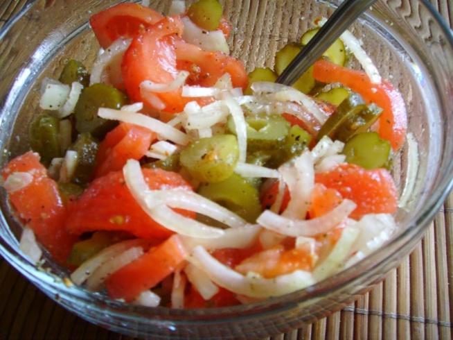 Pomidor, ogórek kiszony. Pyszna surówka na włoską nutę, na grilla ale nie tylko. Surówka, którą przygotowuje się błyskawicznie. Najlepsza do dań z grilla. Ale nie tylko. U mnie z przyprawą, która odkryłam podczas ostatnich zakupów i powiem szczerze,że zasmakowała mi do tego stopnia, że dodaje ją prawie do wszystkich potraw. Składniki - pomidory - ogórki kiszone - biała cebula - oliwa z oliwek - przyprawa włoska* *jeśli ktoś nie ma tej przyprawy to podaję jej skład : - lubczyk, cząber, majeranek, pieprz turecki, czarnuszka, suszone warzywa, sól Wykonanie Pomidory obieram ze skórki, kroję na ósemki, ogórki kiszone kroję w plasterki, a cebulkę w piórka. Całość posypuję przyprawą i odstawiam na minimum pół godziny. Po tym czasie polewam oliwą z oliwek i mieszam. Smacznego :)