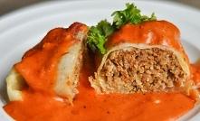 Gołąbki z ryżem i mięsem mielonym polane sosem pomidorowym to danie które uwi...