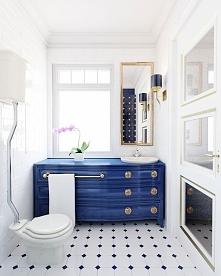 Aranżacja wnętrza eleganckiej, biało-niebieskiej łazienki. Wystrój pomieszcze...