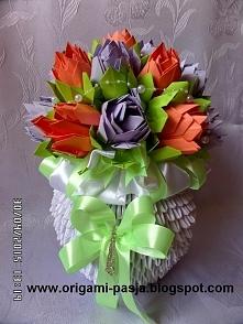 Duży wazon z kwiatami kusud...