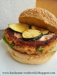 Burger z ciecierzycy, sera feta i suszonych pomidorów  Przepis po kliknięciu ...