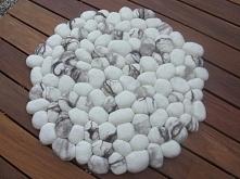 Biały dywanik z kamyczków