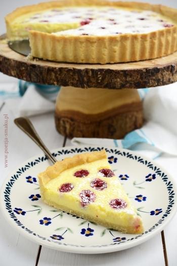"""Tarta z malinami i białą czekoladą """"to prosta, pyszna w smaku tarta. Bardzo delikatne i słodkie nadzienie przyjemnie kontrastuje z kwaskowatymi malinami."""" Przepis po kliknięciu w zdjęcie!! :)"""