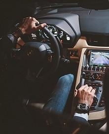 mężczyzna w samochodzie = sexowny = sex w samochodzie.  Lamborghini