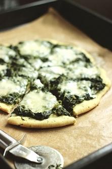 Składniki:  ciasto na pizzę z tego przepisu  opakowanie mrożonego szpinaku w liści...  link po kliknięciu na zdjęcie :)