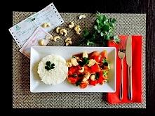 stir fry z kurczakiem, warzywami i orzechami nerkowca