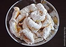 Wspaniałe kruche rogaliki bez jajek i cukru  3 szklanki mąki pszennej 1 szklanka śmietany 12%-18% 250g margaryny lub masła.  Dodatkowo: Słoiczek marmolady lub powideł Cukier pud...