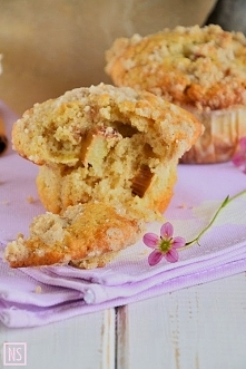 Z rabarbarem i cynamonową kruszonką   Składniki (12 muffin)      2 szklanki mąki pszennej     3/4 szklanki jasnego brązowego cukru     2 łyżeczki proszku do pieczenia     1 łyże...