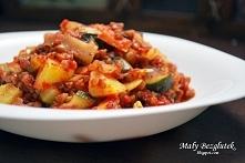 Potrawka warzywna z kaszą gryczaną i sosem pomidorowym
