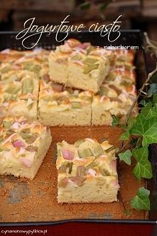 """Jogurtowe ciasto z rabarbarem  """"Bardzo szybkie w przygotowaniu, wilgotne, słodkie, z dodatkiem rabarbaru, który idealnie komponuje się z ciastem.""""  Przepis po kliknięc..."""