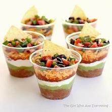 Oprócz sałatek, możesz w kubeczkach podawać także pyszne nachosy z salsą oraz...