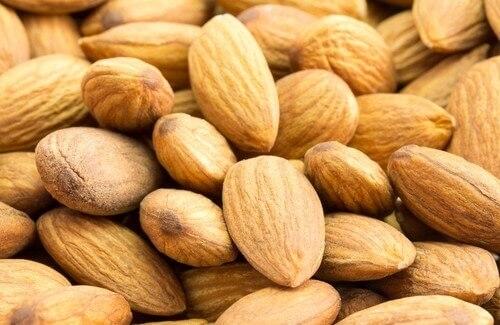 """Migdały redukują poziomu cholesterolu! Migdały redukują poziomu cholesterolu! Czy martwisz się, aby utrzymywać poziom cholesterolu na zdrowym poziomie? Jeśli tak, mamy dla Ciebie świetną wiadomość – migdały mogą pomóc Ci w redukcji cholesterolu. Badania wykazały, że przestrzeganie zdrowej diety, w której skład wchodzą też migdały, znacznie obniża poziom tak zwanej lipoproteiny niskiej gęstości (LDL) – """"złego cholesterolu"""".    Jedzenie migdałów może również chronić przed cukrzycą, chorobami układu krążenia, nowotworami a nawet niechcianemu przyrostowi masy ciała i otyłości. Dzisiaj dowiemy się w jaki sposób migdały wpływają na obniżenie cholesterolu. 2#:Migdały.jpg  Jaki wpływ mają migdały na zmniejszenie poziomu cholesterolu – badania W kilku badaniach analizowano właściwości migdałów pod kątem ich zdolności do obniżania poziomu cholesterolu, a ich wyniki wydają się obiecujące. Badania te przeprowadzono na dużej grupie pacjentów, którzy cierpieli zarówno na zbyt wysoki poziom cholesterolu, cukrzycę, otyłość, jak i na zdrowych pacjentach.  Badania wykazały, że u osób, które przyjmowały migdały, poziom złego cholesterolu w trakcje leczenia obniżył się o 10% bardziej, niż u osób, które migdałów nie spożywały. Przy czym, co ważne, redukcja ta odbywa się bez szkody na poziomie tzw. dobrego cholesterolu (HDL) – lipoproteinie wysokiej gęstości. Co te wyniki oznaczają dla nas w praktyce? Jedyne co musisz zrobić, to zacząć jeść migdały, nie zmieniając nawet innych nawyków żywieniowych. Jednak zawsze zdrowiej jest ograniczyć tłuszcze zwierzęce i inne produkty bogate w tłuszcze – tak by poziom złego cholesterolu w organizmu nie stał się problemem."""