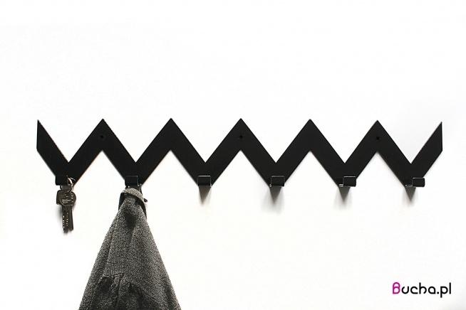 ZYGZAK wieszak na ubrania do przedpokoju  dostępne kolory: czarny, biały, czerwony, żółty, granatowy  Idealnie będą wyglądać dwa takie same jeden pod drugim, jak i jeden przy drugim- boki zaprojektowane by po złożeniu tworzyć jeden wzór.