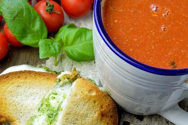 Włoska zupa pomidorowa z zapiekanych serem i pesto. Typowe comfort food na zły dzień. Poprawiła mi humor już wielokrotnie.