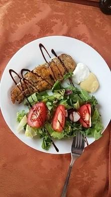 grillowana pierś z kurczaka, sos czosnkowy, sos carry i sos balsamiczny.
