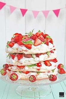 Tort bezowy z rabarbarem i truskawkami