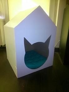 własnoręcznie robiony domek dla kota z drewna.
