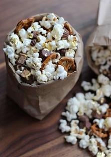 Jak zrobić w domu pyszny popcorn? Mix z precelkami i czekoladą!