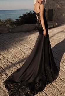 zmysłowa czarna suknia