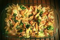 Składniki: duża pierś z kurczaka 1 brokuł (same różyczki) 1 ser pleśniowy* 500 g makaronu pełnoziarnistego penne zioła sól pieprz możemy użyć gorgonzoli i camembertu Kurczaka kroimy na kawałki, obtaczamy w ulubionych ziołach, solimy i pieprzymy i grillujemy na patelni. W międzyczasie gotujemy brokuły i makaron al dente w osolonej wodzie. Kroimy ser i rozgrzewamy piekarnik do 180 stopni. Gdy składniki są już gotowe przekładamy je do naczynia żaroodpornego warstwowo – makaron, kurczak i brokuły i na koniec rozkładamy równomiernie ser. Zapiekamy przez 25 minut.