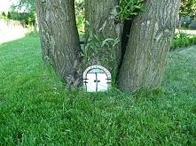 drzwi do domku krasnali:) prosta ozdoba ogródkowa