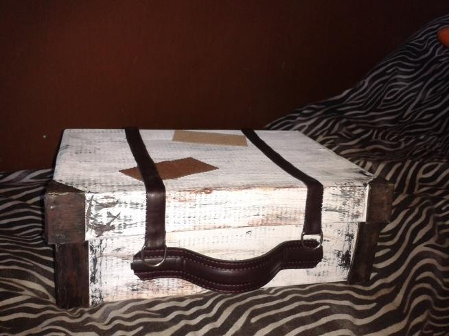 Walizka ze starego pudełka po butach.