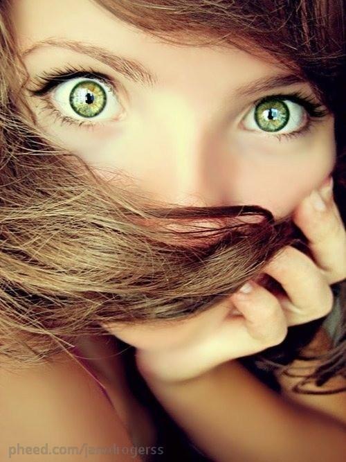 Zwierzęca zieleń jej oczu-powiedział zauroczony wpatrując się w jej oczy :)