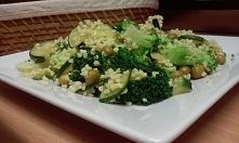 kasza jaglana z cukinią,groszkiem i brokułami.