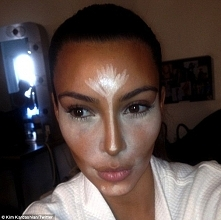 To Kim Kardashian wprowadziła modę na konturowanie twarzy.. :))
