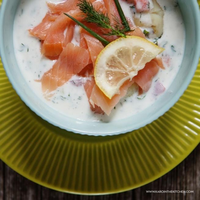 Biały chłodnik z młodymi ziemniakami i wędzonym łososiem  Młode ziemniaki. Koper. Kefir albo maślanka. Chyba od zawsze to najprostszy i najszybszy obiad jaki znam i bardzo lubię. A gdyby tak pokombinować, dodać więcej składników, więcej smaku, a może i wędzoną rybę? Nakombinowałam. Wyszło pysznie.