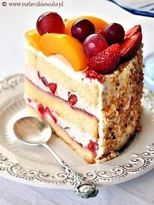Przepyszny tort z truskawkami i brzoskwiniami :) Robiłam go na urodziny i wyszedł super :D Składniki: Biszkopt (taki sam, jak przy różowym torcie): 5 jajek, osobno żółtka i biał...