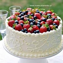 Tort truskawkowy z białą czekoladą i cytrynową nutką. Przepis po kliknięciu w...
