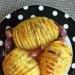 Zapiekane ziemniaczki z czosnkiem :3 Składniki: -8 średnich ziemniaków, -około 10 ząbków czosnku, -suszony rozmaryn i tymianek, -sól (może być czosnkowa). Ziemniaki umyć, obrać z łupinek i naciąć w poprzek tak, by ich do końca nie poprzekrajać. Obrać czosnek i pokroić w cienkie plasterki. Między półplasertki ziemniaków delikatnie włożyć plasterki czosnku i masło, wszystkie ziemniaki włożyć do przykrywanej brytfanny, posmarować z wierzchu masłem i oprószyć przyprawą i solą. Resztę nieobranych ząbków czosnku włożyć między ziemniaki w brytfannie. Wstawić przykryte naczynie do nagrzanego do 180 stopni piekarnika i piec 20 minut, po czym zdjąć pokrywkę i piec jeszcze 20-25 minut. Ziemniaki będą gotowe, kiedy będą równomiernie zarumienione i oczywiście miękkie. Smacznego! :)