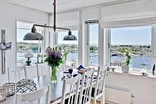 klasyczna biel i piękny widok za oknem :)