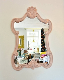 Piękne i efektowne lustro na ścianę. Rama lustra jest wykonana z masy poliuretanowo-żywiczej. Przy indywidulanych zamówieniach jest możliwość przemalowania ramy na inny kolor. W...