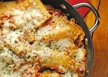 Dietetyczna lasagna z patelni  Składniki:  ^ 0,5 kg zmielonego filetu z piersi indyka ^ 1 posiekana mała cebula ^ 3 zagniecione ząbki czosnku ^ 1 puszka pomidorów bez skóry, wra...