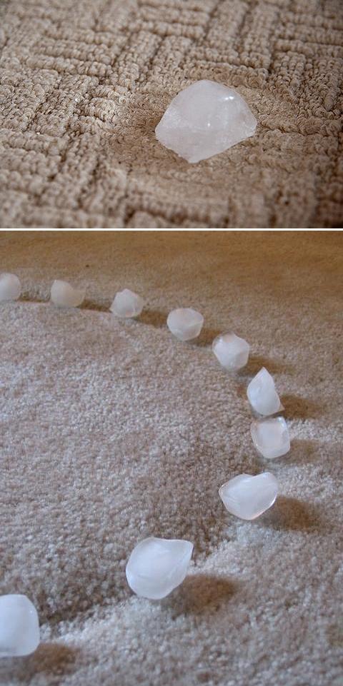 jeśli ktoś spróbuje, proszę, daj znać czy działa:)  użyj kostki lodu, aby usunąć wgniecenia od mebli. Niech się stopi, a następnie odkurzyć lub delikatnie podnieść włókna łyżką/widelcem.