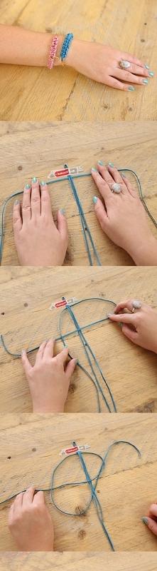 Krok 1  Złóż jeden z rzemyków na pół i przyklej go taśmą klejącą do stołu. Dr...
