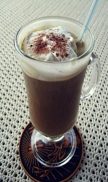 Kawa mrożona - bardzo łatwe przygotowanie  Jak zrobić?  Przygotuj kawę najlepiej w litrowym słoiku, dodając według uznania odpowiednią ilość kawy rozpuszczalnej i cukru. Kawę zo...