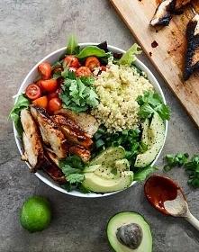 Sycąca sałatka :) Zielona sałata, zielona cebulka, pietruszka, sałata roka, pomidorki koktajlowe, avokado, kurczak z woreczka, kuskus, pokrapiane limonką